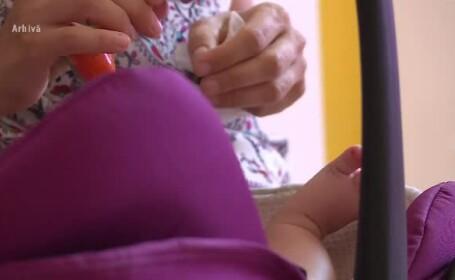 Un băiat de 1 an și jumătate a murit sufocat în căruciorul în care mama l-a pus să doarmă