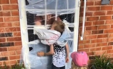 """Gest emoționant. Ce a făcut o femeie pentru ca părinții ei să-și poată îmbrățișa nepoții: """"M-a făcut să plâng"""""""
