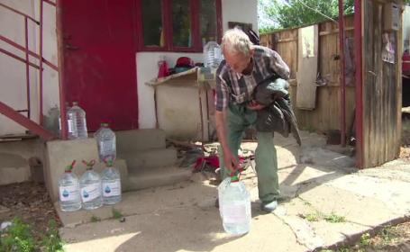 """Comuna rămasă fără apă de o lună de zile, din cauza secetei. """"Eu mă spăl cu sticla şi cana"""""""