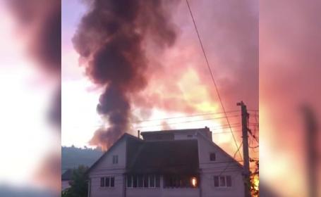 Incendiu puternic în Bistrița Năsăud. A mistuit un depozit de cereale, un grajd și o moară