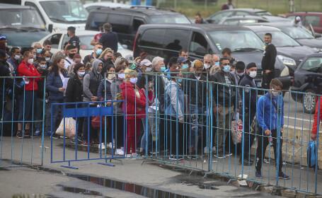 Sute de persoane așteaptă să intre în România prin punctul de trecere al frontierei Nădlac 1
