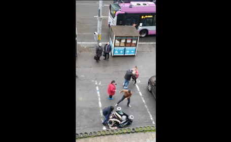 Scene șocante în Cluj Napoca: femeie cu handicap, bătută și răsturnată dintr-un scaun cu rotile