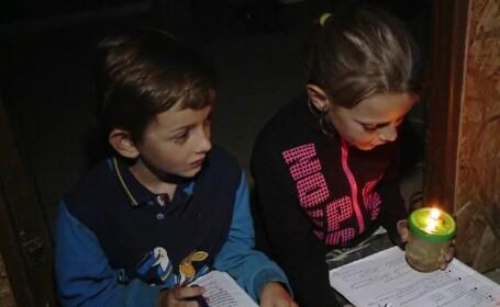 Realitatea anului 2020. Mii de copii din România își trăiesc serile la lumina lumânării