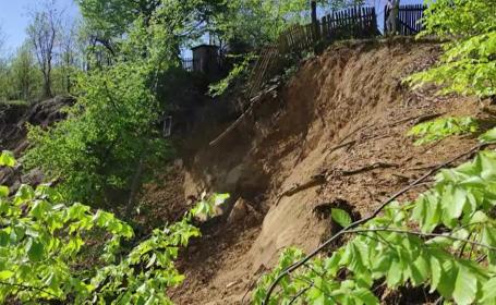 O alunecare de teren întinsă pe 5 hectare pune în pericol câteva locuințe într-un sat din județul Prahova