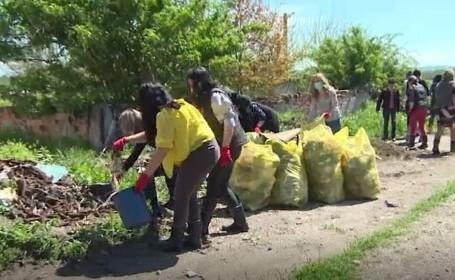 Caz incredibil în Gorj. Angajații unei primării au ajuns să adune gunoaiele din localitate