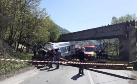 Două persoane au murit după ce o parte dintr-un pod feroviar a căzut peste un microbuz de pasageri, în Neamț
