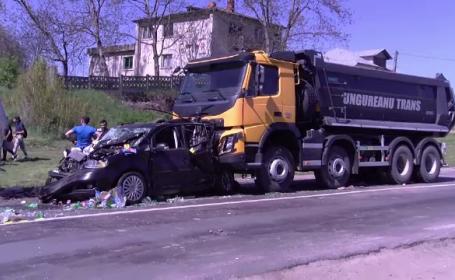 Accident în lanț pe o șosea din județul Iași. O mașină, prinsă la mijloc, în ciocnirea dintre 2 camioane