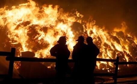 Două fete care încercau să realizeze un clip pe TikTok au dat foc la 195 de tone de paie