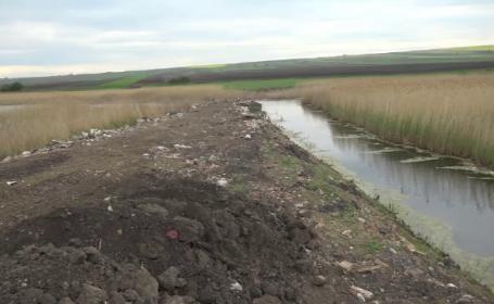 O primărie din Botoșani a construit un dig de moloz într-o zonă protejată. Aici se află și un pod de lemn din vremea dacilor