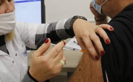 Un bărbat din Botoșani a fost prins după ce și-a făcut a treia doză de vaccin. Ce reacții adverse avea bărbatul
