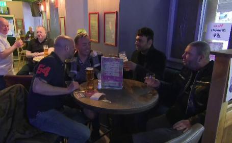 """Englezii care ies la bere, îndemnați să se vaccineze pentru a nu se reveni la restricții. """"Nu putem exclude nimic"""""""