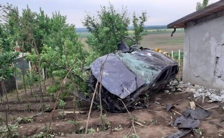 Accident grav în județul Iași. O mașină în care se aflau 5 persoane a intrat într-o casă