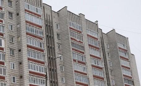 Un bărbat din Rusia a aruncat un copil de 18 luni de la etajul 5, enervat că micuțul plângea