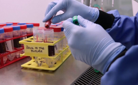 Tot mai multe cazuri de infectare cu varianta indiană de Covid-19, în Marea Britanie