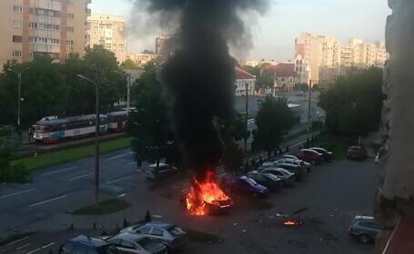 O mașină a explodat după ce s-a pus în mișcare, în Arad. Șoferul, un om de afaceri, a murit