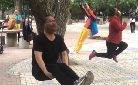 """Chinezii se """"spânzură"""" de copaci pentru a-și lucra gâtul. Ce spun specialiștii VIDEO"""