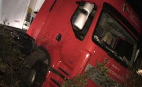 Un jandarm a murit pe Valea Bogatii, dupa ce a intrat cu masina sub un TIR