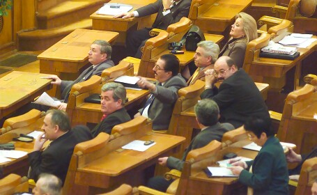 48 de fosti parlamentari vor mai lua inca trei luni leafa!