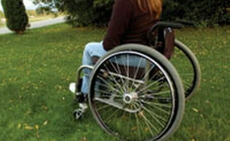 Fata in scaun cu rotile