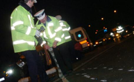 Politistii cerceteaza locul accidentului