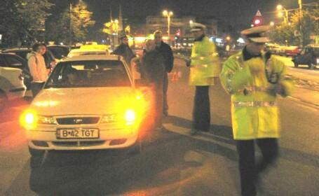 Un politist a intrat cu masina de serviciu intr-un autoturism parcat