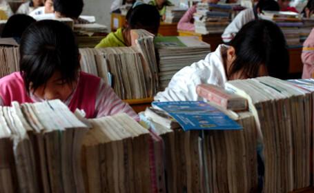 Copiii din China fac masaj... pentru ochi
