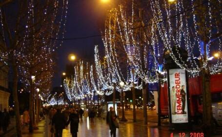 Feerie la Paris! S-au aprins luminitele de Craciun pe Champs Elysees!