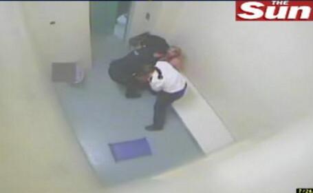Tanara DEZBRACATA si BATUTA de politisti, in celula - VEZI VIDEO