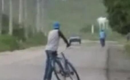 Un betiv comic, dar responsabil – isi impinge bicicleta pana acasa! Video