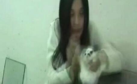 O bestie de femeie ucide intr-un mod crunt un iepuras. VIDEO SOCANT
