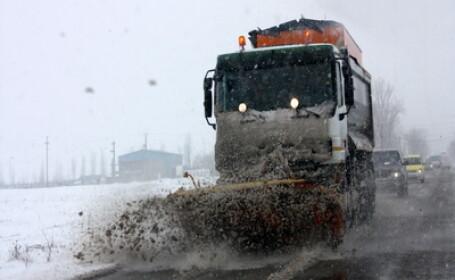 Zece masini si trei autobuze, blocate cu orele intre nameti in Buzau