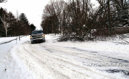 Masina pe drum inzapezit, iarna