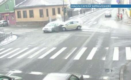 VIDEO. O soferita de 71 de ani din Cluj intra in plin intr-un taxi, dupa ce trece pe \