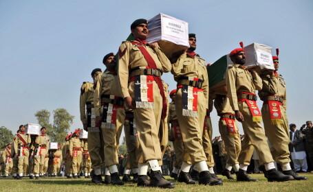 Plini de furie, pakistanezii si-au inmormantat cei 24 de soldati care au fost ucisi de trupele NATO