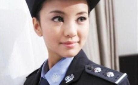 Wang Xiaomeng in uniforma de politista