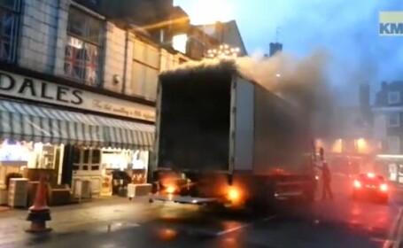 VIDEO.Momentul in care un barbat isi risca viata pentru a muta intr-un loc sigur un camion care arde