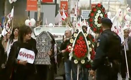 4.000 de cadre sanitare la protestul din Capitala. Medicii i-au pus poza lui Nicolaescu pe sicriu