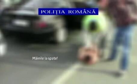 Momentul in care trei barbati ce atacau femei pe strada sunt prinsi in trafic de politisti
