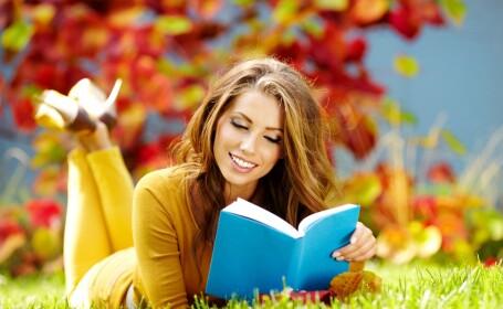 femeie citind o carte