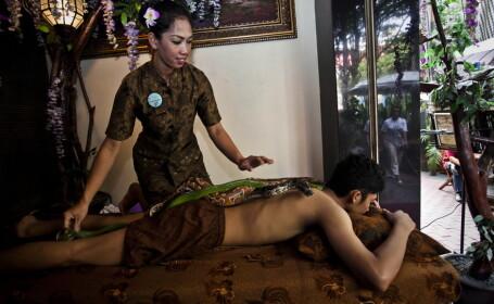 Sunt foarte putini barbatii care indraznesc sa treaca pragul unui salon de masaj din Indonezia