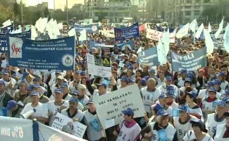 10.000 de profesori si-au cerut in strada dreptul de a nu mai merge acasa umiliti in ziua de salariu