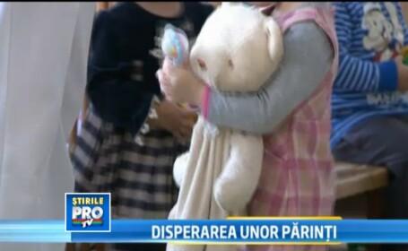 Disperati ca nu vor mai avea cresa pentru copii, zeci de parinti din Sibiu au iesit in strada