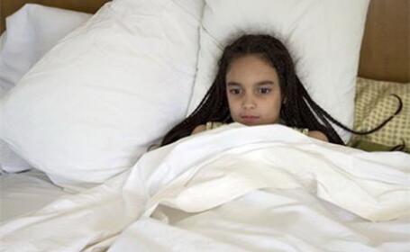 fetita in pat