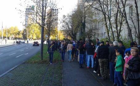 Romani care asteapta sa voteze in Munchen