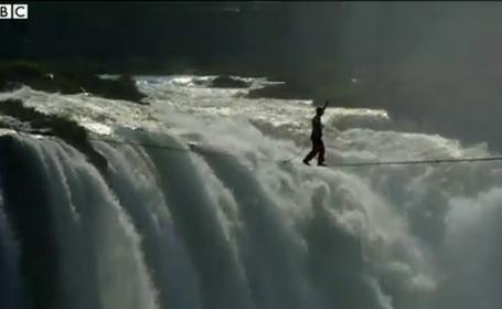 Doi acrobati au traversat pe sarma o cascada de doua ori mai mare decat Niagara. Imaginile care au facut inconjurul lumii