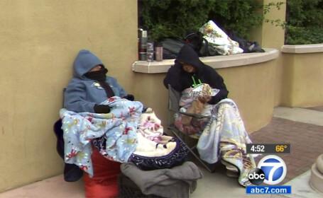 femei care dorm in strada asteptand Black Friday