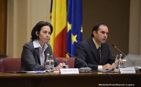 Andrea Schaechter (S), seful misiunii FMI pentru Romania, alaturi de reprezentantul rezident al Fondului Monetar International (FMI) pentru România si Bulgaria, Guillermo Tolosa (D)