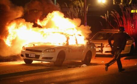 Scene apocaliptice in orasul american Ferguson. Masini distruse, magazine jefuite, case arse. GALERIE FOTO SI VIDEO