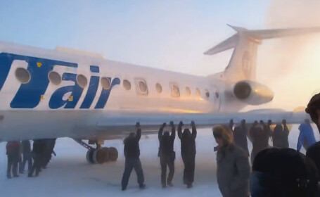 Solutia ruseasca atunci cand avionul nu porneste: dai jos pasagerii si ii pui sa impinga. VIDEO