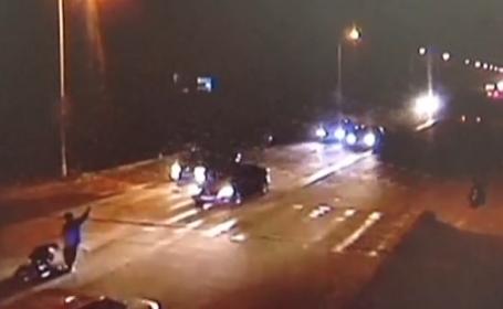 Un chinez, lovit puternic de TREI masini in decurs de cateva minute, a supravietuit in mod miraculos. VIDEO